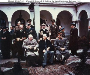 Quelle: https://de.wikipedia.org/wiki/Konferenz_von_Jalta#/media/File:Yalta_summit_1945_with_Churchill,_Roosevelt,_Stalin.jpg