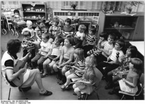 ADN-ZB Link sch-02.09.80 Bez. Gera: Im Kindergarten des Dorfes Oppburg werden 60Kinder im Alter zwischen 3 und 6 Jahren liebevoll betreut. Ihre Eltern arbeiten vorwiegend in der LPG-Pflanze- und Tierproduktion. Für den Aufenthalt eines Kindes bezahlen die Eltern 45 Pfennig pro Tag. (siehe 18N-19N-21N)